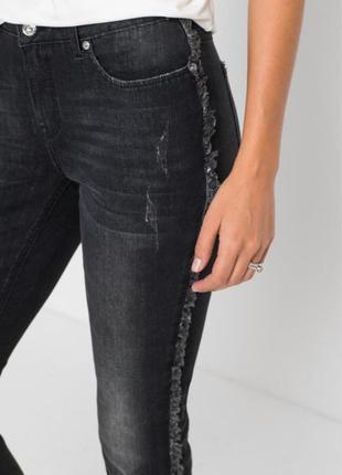 Стильные джинсы с бахромой по бокам forever 21