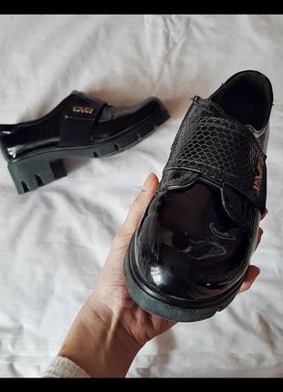 Лаковые чёрные туфли
