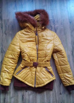 Курточка с капюшоном.