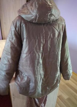 Супер стильная куртка весенняя ,скапишеном, карманы по бокам ,очень лёгкая на кнопках