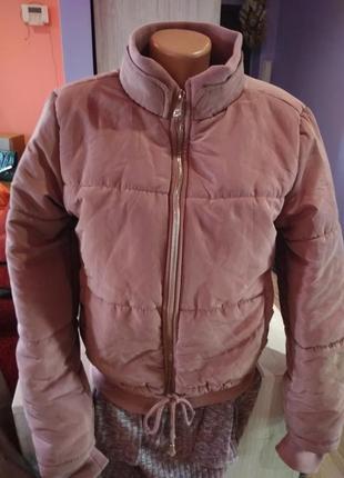 Супер стильный куртка бомбер,теплая ,на молнии,стягивается внизу.