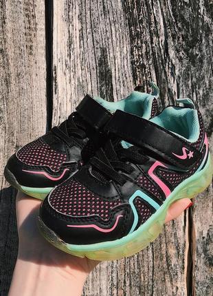 Кроссовки для девочки со светящейся подошвой