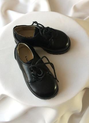 Гарненькі, класичні туфельки для хлопчика