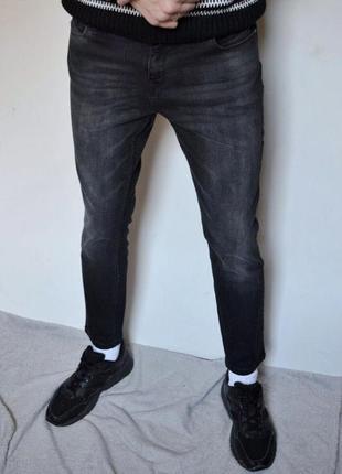 Чорні завцжені джинси з заводськими потертостями