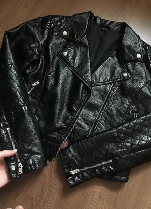 Чёрная косуха эко кожаная лакированная куртка h&m курточка xs