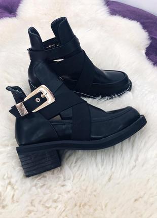 Стильные черные ботинки с вырезами и металической фурнитурой1 фото