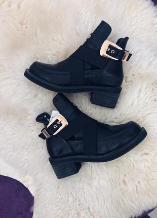 Стильные черные ботинки с вырезами и металической фурнитурой2 фото