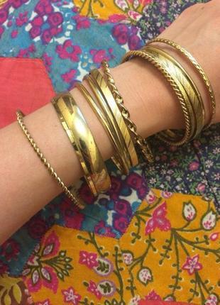 Набор золотых браслетов