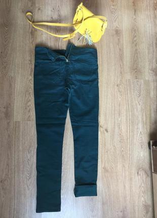 Зеленые джинсы с молнией сзади