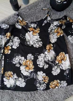 Оригінальна блуза boohoo з відкритими плечима , розмір 10/38/м.