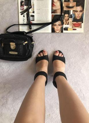 Очень красивые чёрные босоножки на толстом небольшом каблуке размер 37