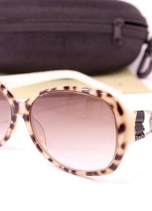 Солнцезащитные очки с футляром.