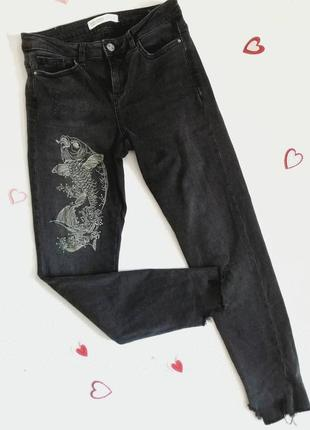 Классные серые джинсы с вышивкой от фирмы zara  26