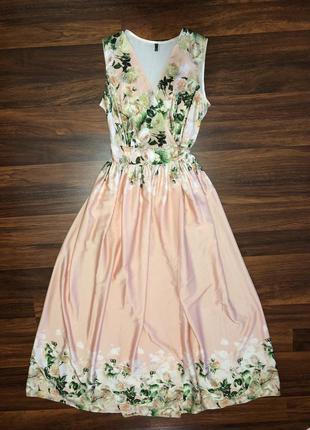 Пудровое платье в цветочный принт.