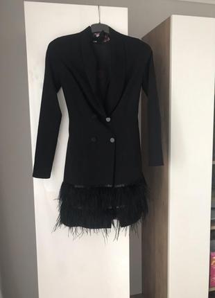 Трендовое  черное платье-пиджак платье пиджак с перьями натуральными