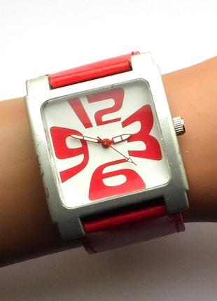 Яркие крупные часы с широким ремешком