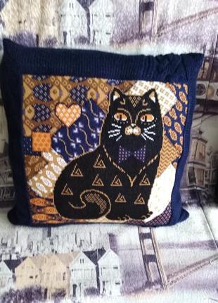Декоративная вязаная  подушка наволочка с вышивкой коты ручная работа