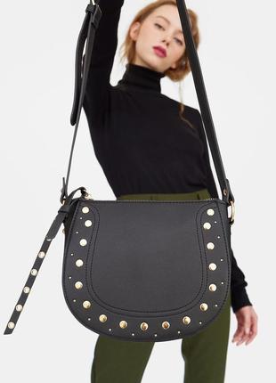 Черная сумка с заклепками