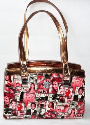 Стильная лаковая сумка 25см на 18см на плече