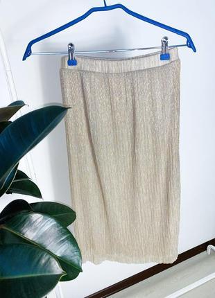 Бежевая плисерованая юбка с люрексом довжини миди