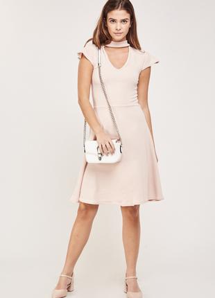 Нежное пудровое платье с чокером