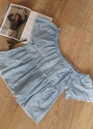 Стильна джинсова блузка з опущеними плечима