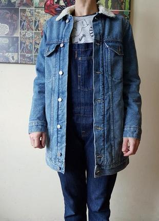 Джинсовая удлиненная куртка с мехом h&m