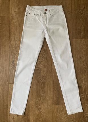 Классические белые джинсы