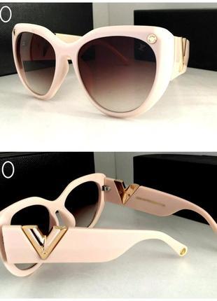 Шикарные женские солнцезащитные очки в бежевой оправе с коричневыми линзами