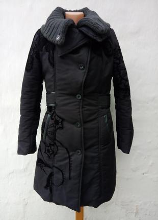 Черная абалденная удлененная теплая куртка с бархатным рисунком,бренд оригинал.