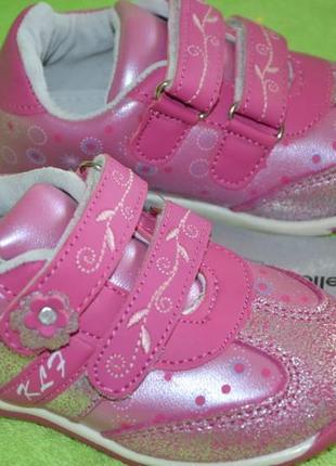 Замечательные кожанные кроссовочки на малышку, размер 24,новые