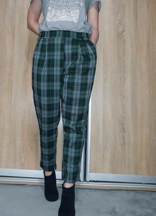 Зауженные свободные брюки на высокой посадке в зелено-серую клетку италия
