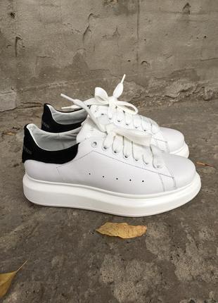 Женские кроссовки белые кожаные mqueen
