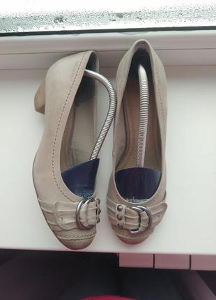 Кожаные туфли на удобном каблуке.roberto santi