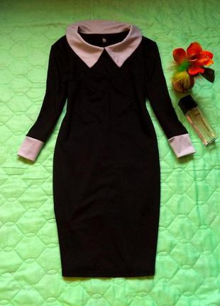 Трикотажное платье футляр с дымчатым воротником и манжетами