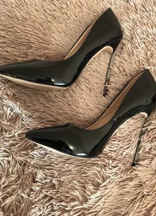 Туфли лодочки на шпильке чёрные лаковые лабутены каблук