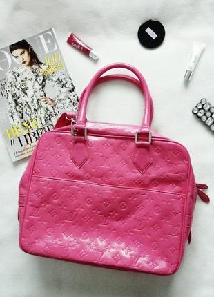 Яркая лаковая сумка