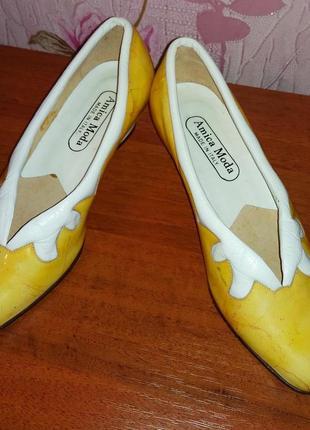 Жёлтые кожаные лаковые туфли на танкетке /туфельки нарядные