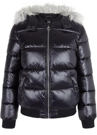 Крутая тёплая куртка дутая new look с капюшоном и мехом, демисезонная лакированная