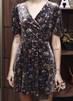 Прекрасное бархатное платье в цветочный принт на запах мини new look