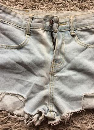 Джинсовые шорты с вырезами