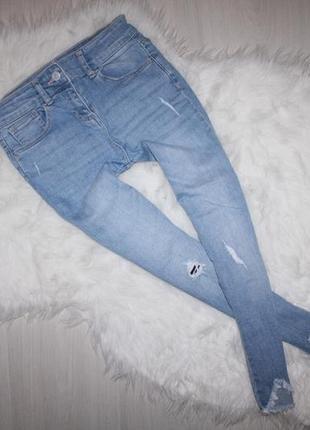 Узенькие рваные джинсы