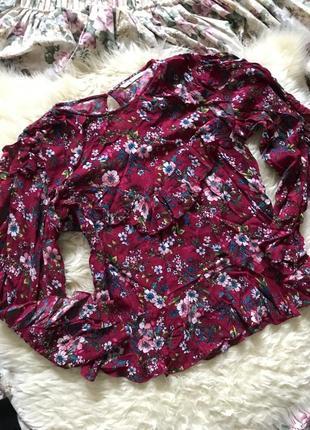 Яркая блуза в цветы с рюшами