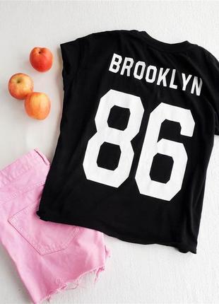 Спортивная футболка с надписью на спине