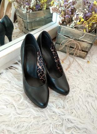 Красивые черные туфли с красной подошвой