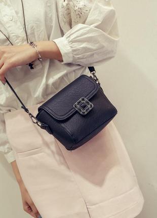 Стильная компактная черная сумочкачерез плече.1 фото