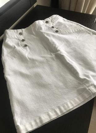 Прямая белая юбка на змейке с металлическими украшениями