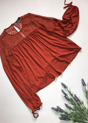 Трикотажная теракотовая блуза с кружевной кокеткой длинный широкий рукав