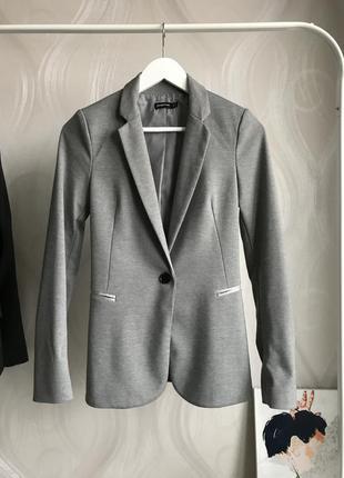 Стильный серый пиджак с застёжкой на одну пуговицу stradivarius