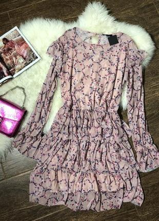 Очень красивое цветочное пудровое платье с рюшками